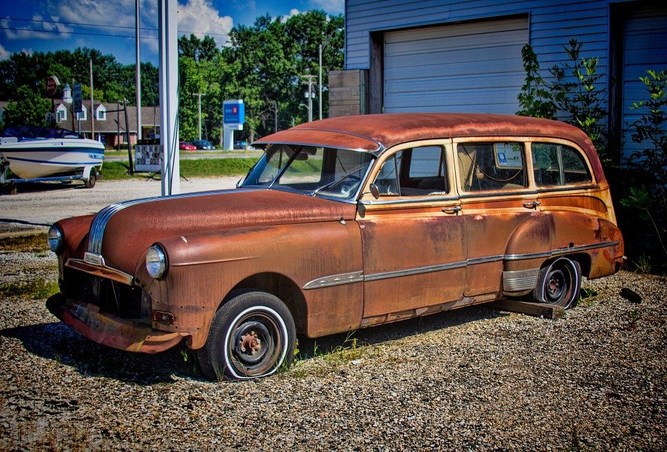 picture of a rusty station wagon